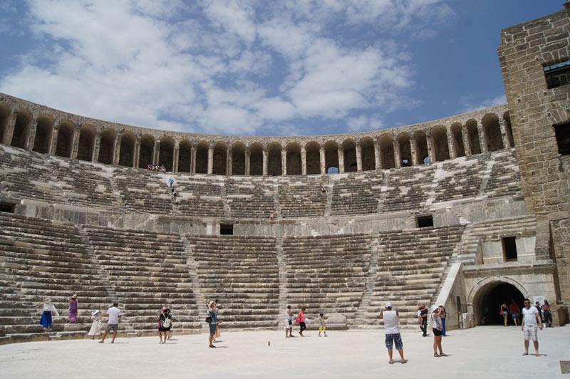 Le théâtre, construit par l'architecte local Zénon sous le règne du emperer romain Marc Aurèle3, est l'un des mieux conservés du monde romain, et certainement le mieux conservé d'Asie Mineure.