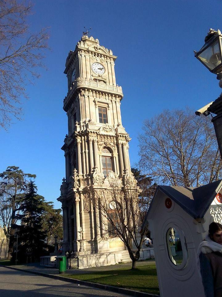 De la part de Lynda Abdelaziz la tour de l'horloge du palais de Dolmabahçe