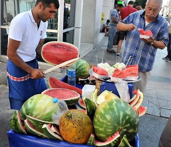 street-food-vendeur-pasteque-istanbul